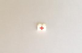 Steen 1x2 met rood kruis (3004prc)