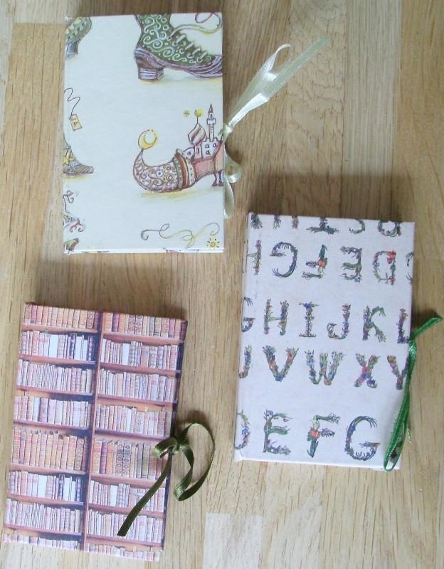 Handgemaakt notitieboekje met lintje en potlood