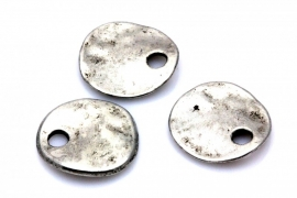 Antiek zilver metaal bedel plat rond golvend 17MM