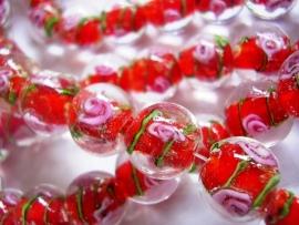 Lampworkkraal rood met roze bloemetje 12mm per stuk