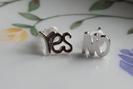 Oorbellen studs 'YES' 'NO', per paar