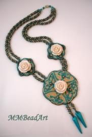 "Ketting ""White Roses"", gemaakt door Marlies Mast"