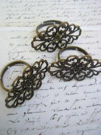Ring met filligraanplateau antiek bronskleur binnenmaat 17mm verstelbaar