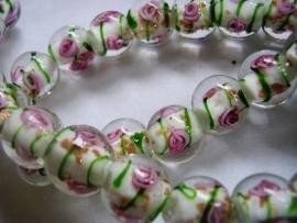 Lampworkkraal wit met roze bloemetje 12mm per 10 stuks
