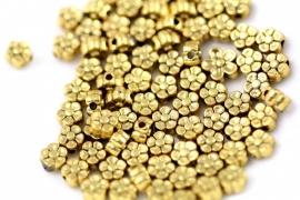 Lief klein bloemenkraaltje antiek goud 5mm per 10 gram ongeveer 35 stuks