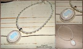Kettingen met White Opal Swarovski steen, Manuelle de Vries