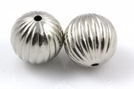 Grote zilverkleurige kraal met streepjes en groot gat 20mm per 15 stuks