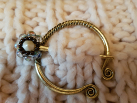 Sjaalspeld goud- en zilverkleur, 5,5x6cm, naald 6,4cm, per stuk
