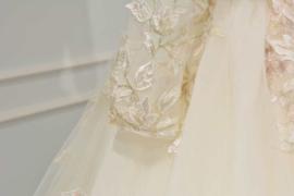 Bruidsjurk met details in kleur AB034