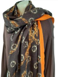Donkerbruine sjaal met print en oranje details