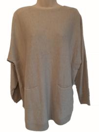 Beige-ecru boothals trui met zakjes voor en knoopjes aan de achterzijde