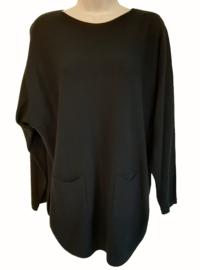 Zwarte boothals trui met zakjes voor en knoopjes aan de achterzijde