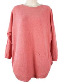 Koraal boothals trui met zakjes voor en knoopjes aan de achterzijde