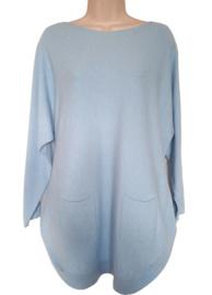 Lichtblauwe boothals trui met zakjes voor en knoopjes aan de achterzijde