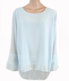 Lichtblauwe blouse met ruches aan de mouwen