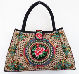 Zwarte tas met kleurrijk geborduurd werk