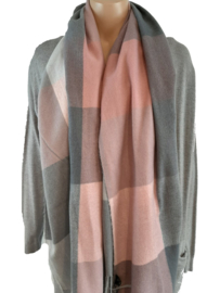 Grijs met roze sjaal