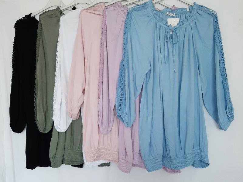 Tuniek-blouse met opengewerkte mouwen