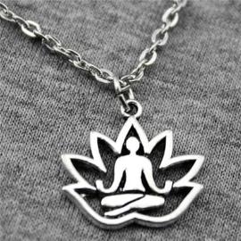 Boeddha in Lotusbloem zilverkleurig, met ketting