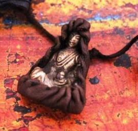 Oud Tibetaans bronzen amulet in leer van yak