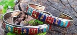 Kleurrijke mantra armband van koper