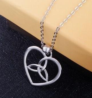 Liefde en verbondenheid - zilveren hangertje met ketting