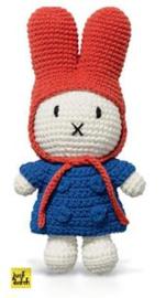 Nijntje handmade gehaakt en haar blauwe jas en rode muts