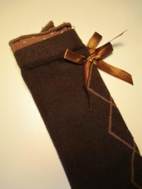 Kniekous bruin met stippelboord en strikje