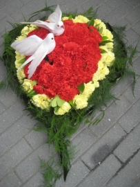 Hart  4 met anjers en decoratie blad