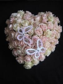 Hart 7 met roze rozen en vlinder (40 cm)