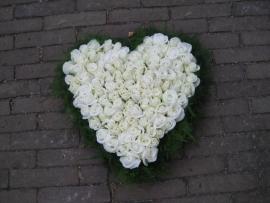 Hart 3 met witte rozen (40 cm)