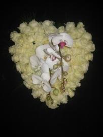 Hart 6 met witte rozen en orchidee (40 cm)
