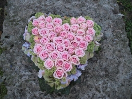 Hart 2 met roze rozen (40 cm)