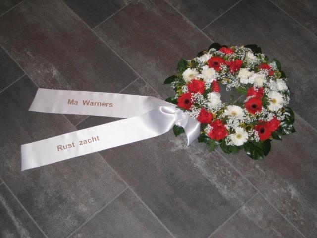 Rouwkrans van gerbera, anjers, gypsophila. (40 cm)