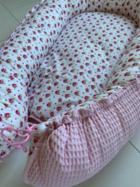 Babynestje Bloemetjes met Roze wafelstof