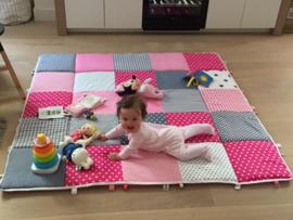 Stoer roze speelkleed van 150 x 150 cm