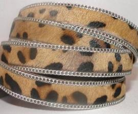 Leopard met zilveren schakelketting