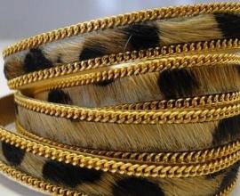 Leopard met gouden schakelketting
