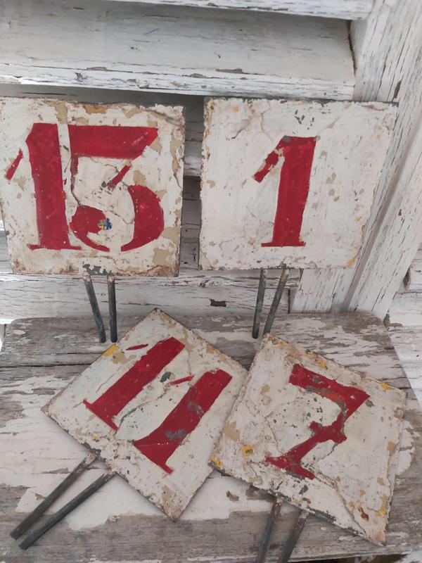 Oude verweerde metalen nummers