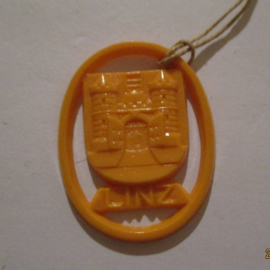 1941-06-14/15 German VDA donation gift. Coat-of-arms German border towns - Linz (AUT). Synthetic yellow/orange 37x28mm T128 (16276)