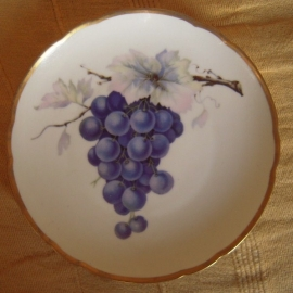 1920/30's Hand painted fruit plate , grapes on branch. Hutschenreuther Hohenberg Bayern. 20cm gilded edge, marked 15649 4 (12248)