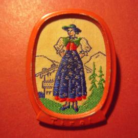 1938-11-5/6 WHW Spende. Trachten der Ostmark / Österreich - Tirol , Frau blaue Schürze. Webabzeichen mit Nadel T159.1 (8098)