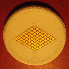 1929 Meissen , 10. Jahrfeier Städtische Farbschule. Gold  + farbig Dekor !!! Max. 200 Stück produziert !!! Meissen Porzellan 40mm Sch2037r - R !!! (11193)