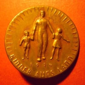 1934-06-30/07-1 Mother and Child donation pin. Childern to the countryside.  Bronzed light metal 32mm  T004.2  (7862)