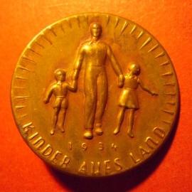 1934-06-30/07-1 Mutter und Kind Spende. Kinder auf`s Land.  Bronziert Leichtmetallabzeichen mit Nadel 32mm  T004.2  (7862)