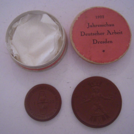 1922 Dresden , Expo German Industry 2x different medals in original box !!! Meissen Porcelain Sch1282a + Sch1284a (14454)