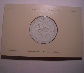 2002 Meissen , Europas erstes Porzellan - Tanzende Faunen. Meissen Porzellan weiss 51mm in Original Karte. (14440)