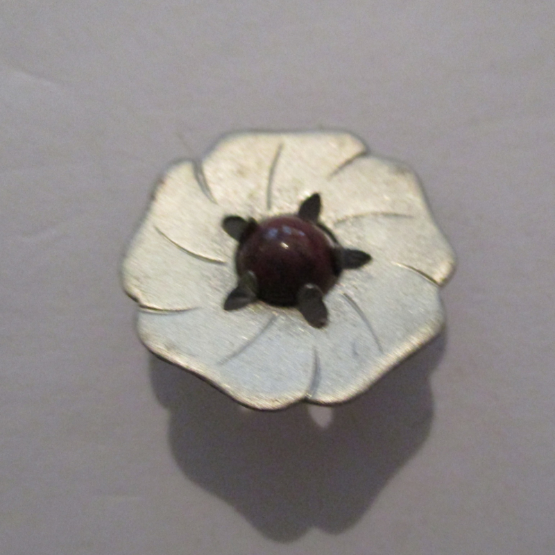 1936-10-31/11-1 German WHW donation pin. Stylised flowers - Round 5 petals. Metal with gemstone T055 (16243)