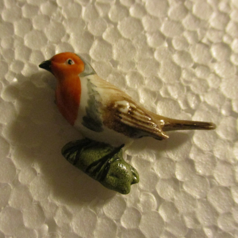 1942-02-28/03-1 German WHW donation pin. Birds of our hometown - Robin. Porcelain T470.1 (16391)