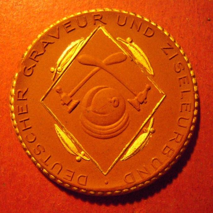 1922 Meissen , German Engravers & Chasers Union. Gold décor !!! Max. 200 pcs made !!! Meissen Porcelain 42mm Sch1969e - R !!! (10346)